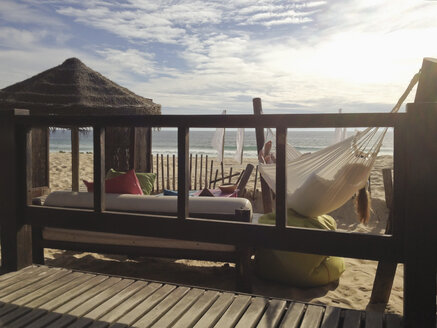 Couple laying in a hammock at the west coast of Portugal - SE000407
