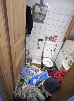 Austria, toilet of a person with hoarding disorder - DIS000332