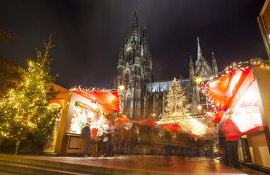 Germany, North Rhine-Westphalia, Cologne, Christmas market at Cologne Cathedral by night - JAT000578