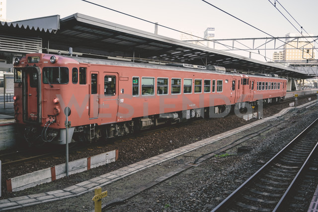 Japan, red local train waiting at railway station - FL000367 - Florian Löbermann/Westend61