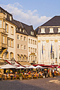 Germany, North Rhine-Westphalia, Bonn, view to marketplace with old city hall, street cafes and restaurants - WD002190