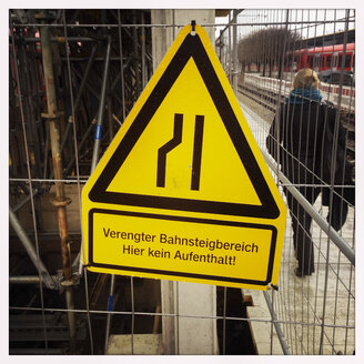 Warning Sign, Warning Symbol, narrowing construction, S-Bahn station Donnersbergerbruecke, Munich, Bavaria, Germany - GS000739