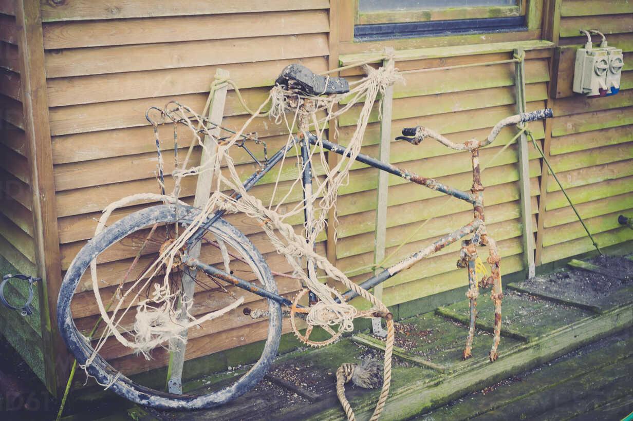 Damaged bicycle - MJF000655 - Jana Mänz/Westend61