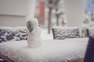 Small snowman on garden table - MJF000632