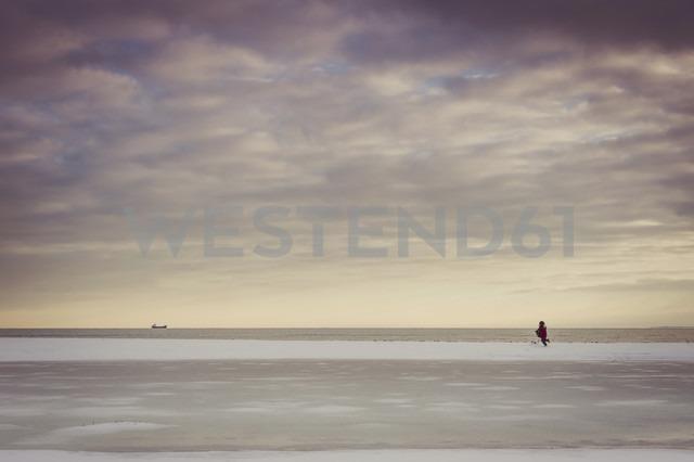 Germany, Mecklenburg-Western Pomerania, Ruegen, Baltic Sea in winter - MJF000719