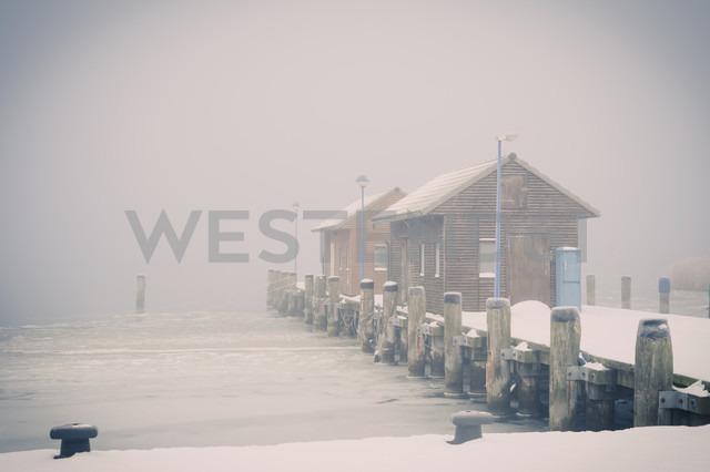 Germany, Mecklenburg-Western Pomerania, Ruegen, Pier in Gager in winter - MJF000670 - Jana Mänz/Westend61
