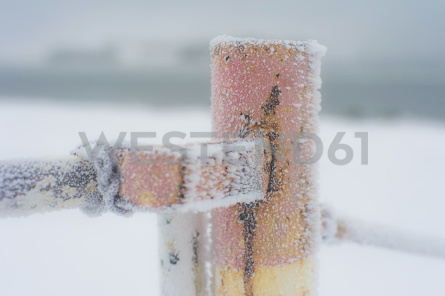 Germany, Mecklenburg-Western Pomerania, Ruegen, Fence post in snow - MJF000585