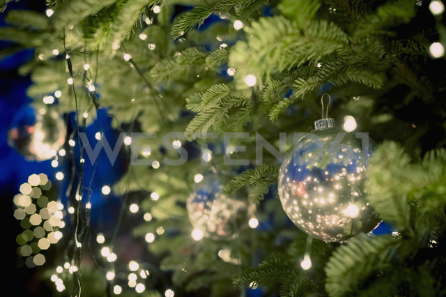 Christmas tree with baubles and fairy lights - MJF000601 - Jana Mänz/Westend61