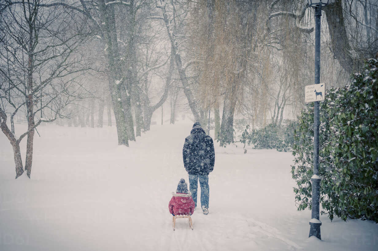 Father pulling sledge with son in snow - MJF000609 - Jana Mänz/Westend61