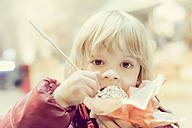 Boy eating candy apple - MJF000604