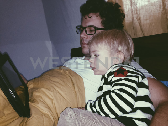 Father and son watching a video on a tablet, Bonn, North Rhine-Westphalia, Germany - MFF000788 - Ella Albrecht/Westend61
