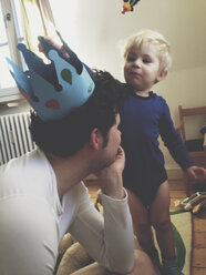 Toddler putting a paper crown on his father?s head, Bonn, NRW, Germany - MFF000794