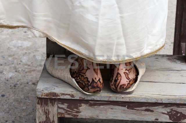 Morocco, Marrakesh-Tensift-El Haouz, Essaouira, feet of a woman painted with Henna - THA000009 - Thomas Haupt/Westend61