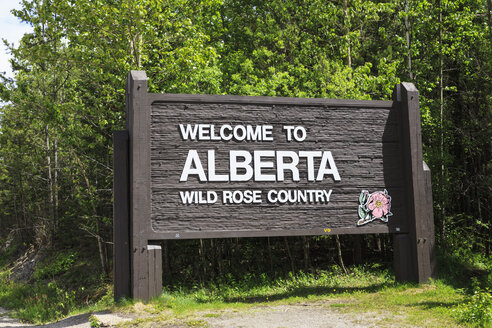 Canada, Alberta, Rocky Mountains, welcome sign of Wild Rose Country - FOF005624