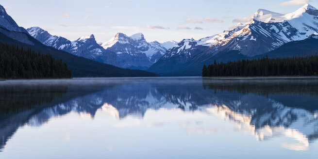 Canada, Alberta, Jasper National Park, Maligne Mountain, Maligne Lake - FOF005758
