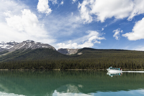 Canada, Alberta, Jasper National Park, Maligne Mountain, Tourboat on Maligne Lake - FOF005754