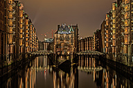 Germany, Hamburg, Speicherstadt, old buildiings and bridge over canal - TIF000020
