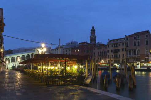 Italy, Venice, Restaurant with view to Rialto Bridge at Canale Grande at night - FOF005642