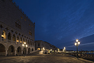 Italy, Venice, Doge's Palace at night - FO005690