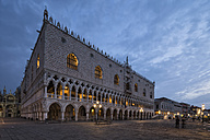 Italy, Venice, St Mark's Square with Doge's Palace at night - FO005700