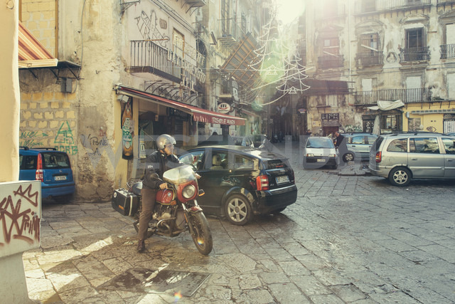 Italy, Sicily, Palermo, Cars and biker in city center - MF000814