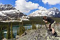 Canada, British Columbia, Yoho Nationalpark, Photographer above Lake O'Hara - FOF005834