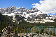 Canada, British Columbia, Yoho Nationalpark, Photographer above Lake O'Hara - FO005833