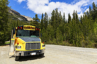 Canada, British Columbia, Yoho Nationalpark, Bus at the roadside - FO005873