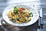 Chicken filet with leaf spinach, ewe's cheese and ribbon noodles - MAEF007679