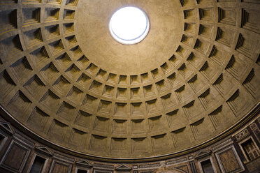 Italy, Rome, interior view of cupola of Pantheon from below - DIS000422