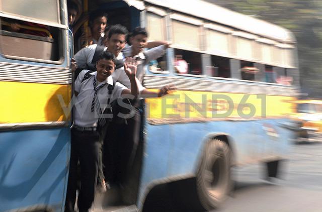 India, West Bengal, Kolkata, pupils driving at bus - JBA000009 - Jürgen Baumhauer/Westend61
