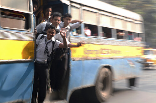 India, West Bengal, Kolkata, pupils driving at bus - JBA000009