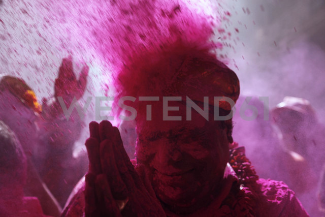 India, Uttar Pradesh, Vrindavan, senior during Holi, spring festival, festival of colours - JBA000030 - Jürgen Baumhauer/Westend61