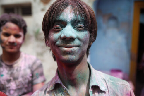 India, Uttar Pradesh, Vrindavan, male teenagers during Holi, spring festival, festival of colours - JBA000026