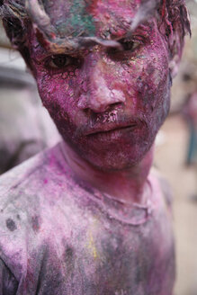 India, Uttar Pradesh, Vrindavan, portrait of a male teenager, Holi, spring festival, festival of colours, teenager with colour powder, portrait - JBA000035