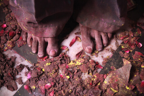 India, Uttar Pradesh, Vrindavan, Holi, spring festival, festival of colours, feet - JBA000040