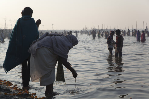 India, Uttar Pradesh, Allahabad, Kumbh Mela pilgrimage, People bathing - JBA000074