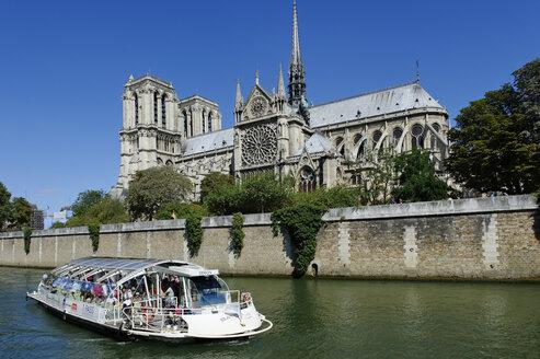 France, Ile-de-France, Paris, Notre Dame, Seine river, pleasure boat in foreground - LB000521