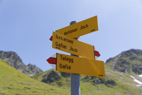 Switzerland, Grisons, Sign post at Lake Grafiersee - SIEF005032