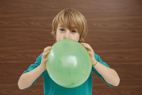 Germany, Boy inflatiing balloon - FSF000202