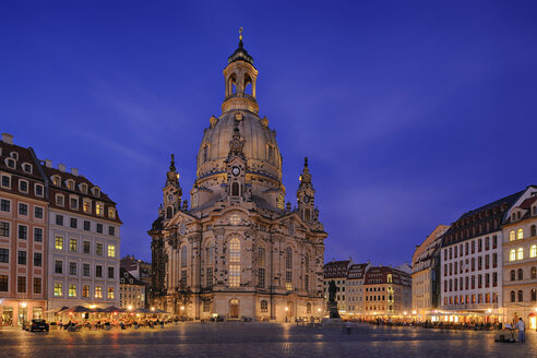 Germany, Saxony, Dresden, view to lighted Church of Our Lady at Neumarkt square - RUEF001202