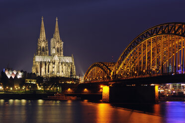Germany, North Rhine-Westphalia, Cologne, view to lighted Hohenzollern Bridge and Cologne Cathedral by night - RUEF001218