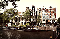 Netherlands, Amsterdam, view to row of houses and house boat in front - HOH000457