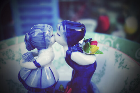 Netherlands, Amsterdam, miniature kissing couple made of porcelain - HOH000461