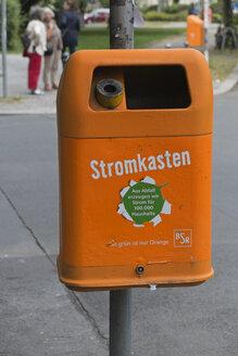 Germany, Berlin, Germany, Berlin, orange waste bin - LA000553