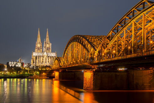 Germany, North Rhine-Westphalia, Cologne, lighted Cologne cathredral and Hohenzollern Bridge by night - WGF000247