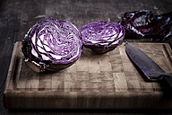 Sliced red cabbage on chopping board and knife - SBDF000618