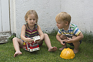 Brother and sister playing fire brigade - CRF002577