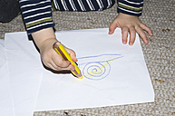 Hands of toddler painting - MUF001435
