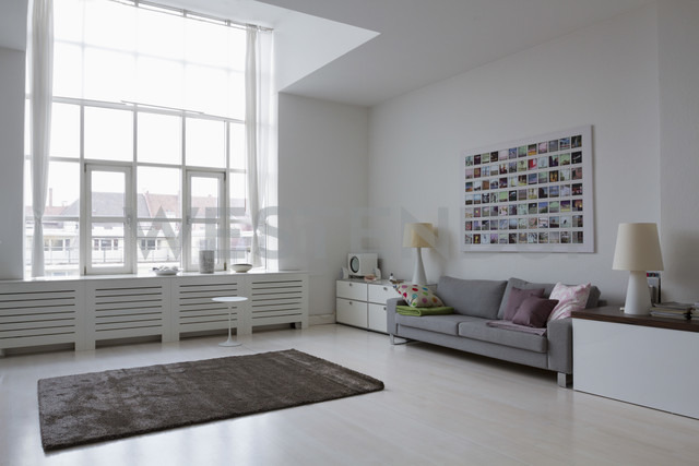 Empty modern living room - RBYF000329 - Rainer Berg/Westend61